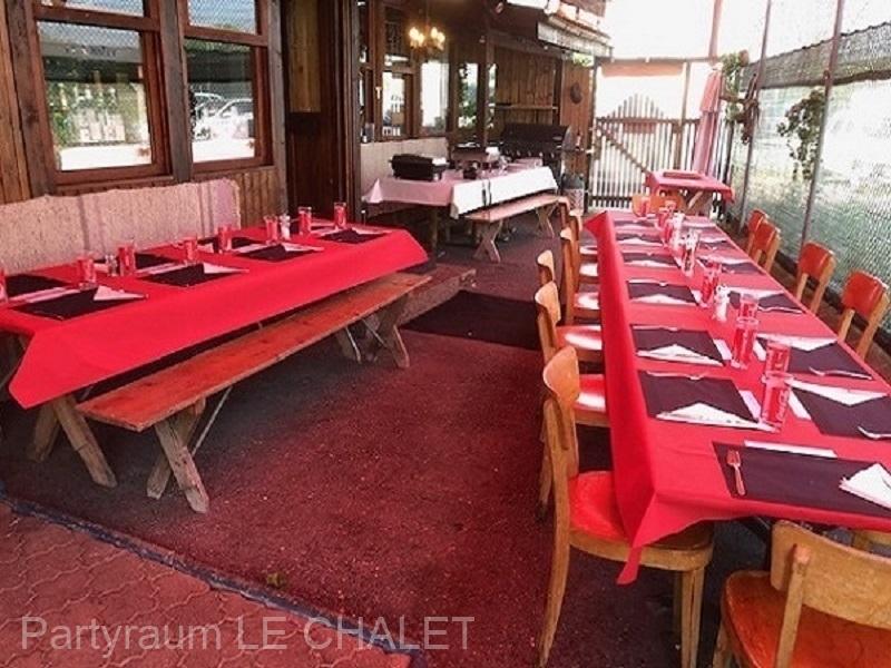 Gedeckter Tisch in rot