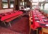 Tisch rot rückblickend zum Eingang