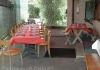 Tisch rot vom Eingang her